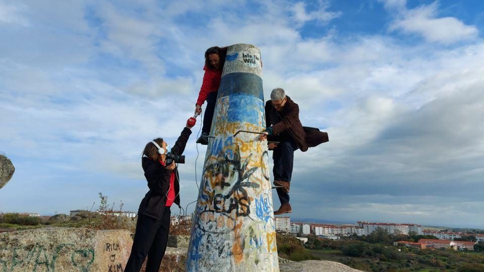 Ana, Paulo e Diana no marco geodésico do Parque do Barrocal