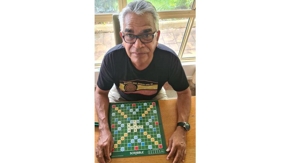 Ativista indígena com as palavras do Scrabble