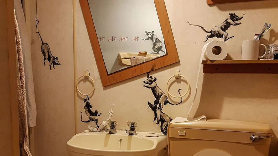 Banksy faz arte na casa de banho