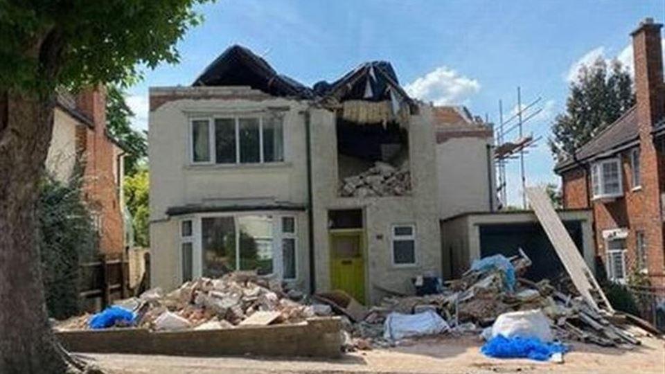 Construtor destrói casa após d...