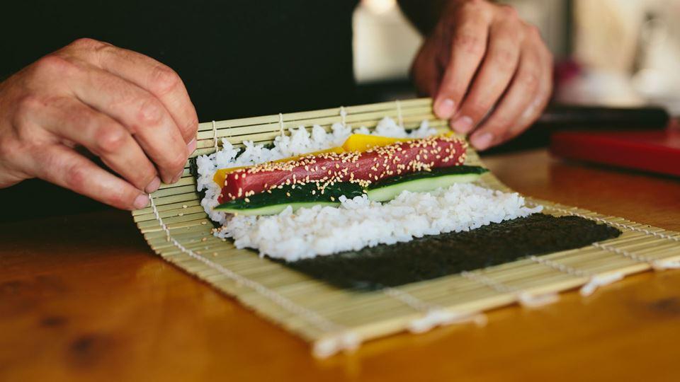 Confeção de uma peça de sushi