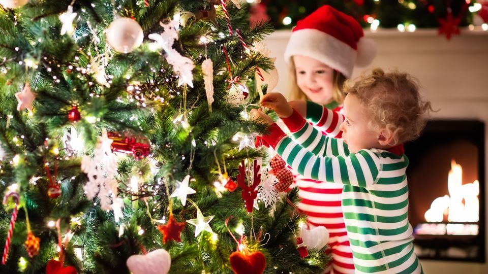 crianças a fazer a árvore de natal