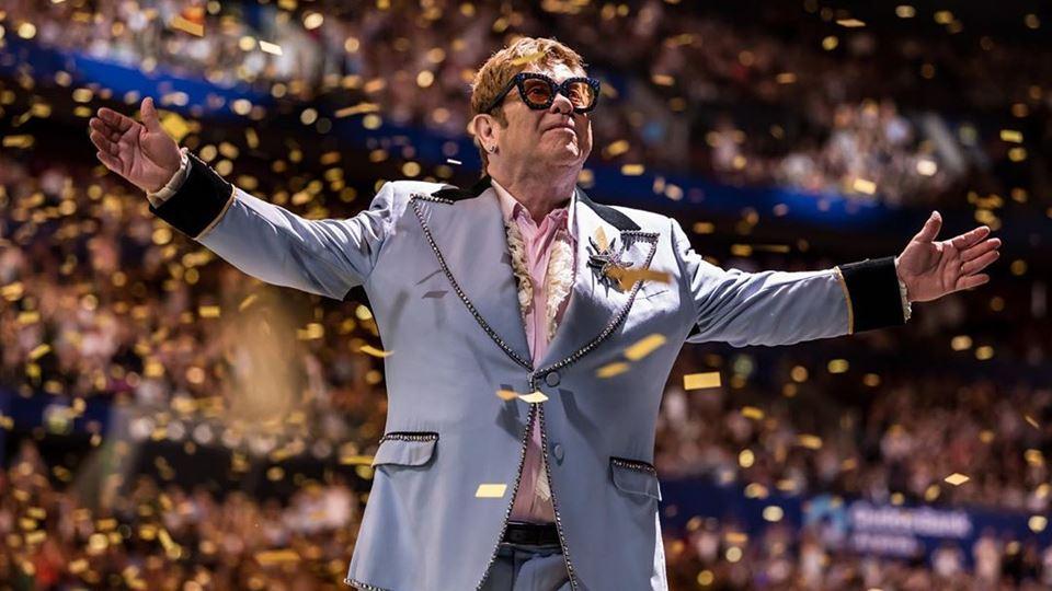 Elton John obrigado a interrom...