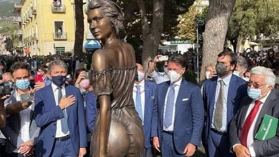 Estátua de bronze de uma mulhe...
