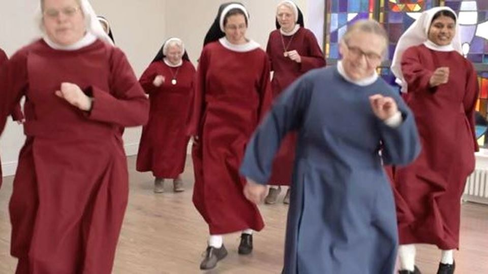 O vídeo destas freiras ao som ...
