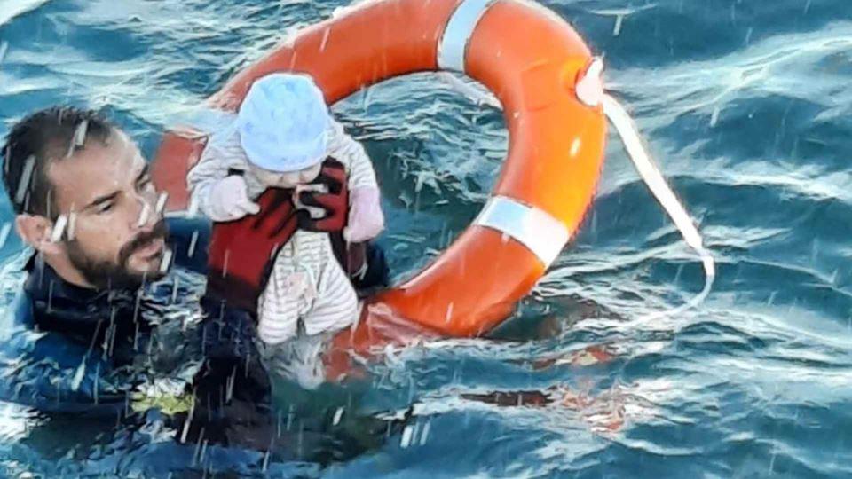 Salvamento de bebé no mar de C...