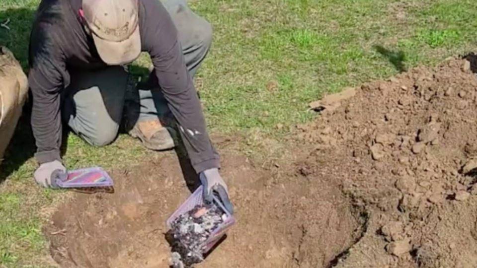 Excerto do vídeo em que se vê os livros a serem queimados e as suas cinzas | Créditos: Radio-Canada