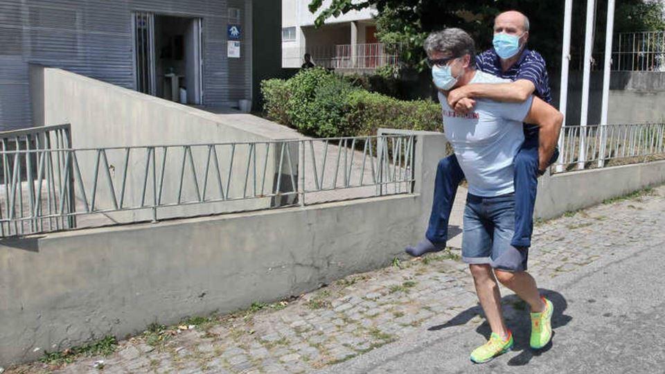 Em forma de protesto, portuguê...