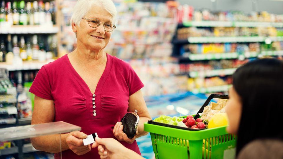 idosa no supermercado