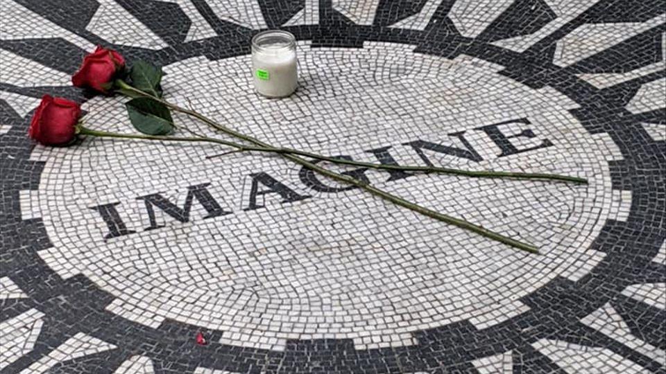 """Strawberry Fields - O """" Monumento"""" a John Lennon em Nova Iorque"""