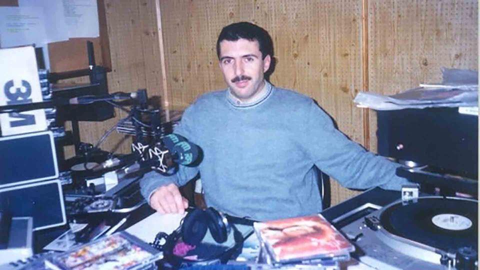 João Porto mais novo num estúdio de rádio