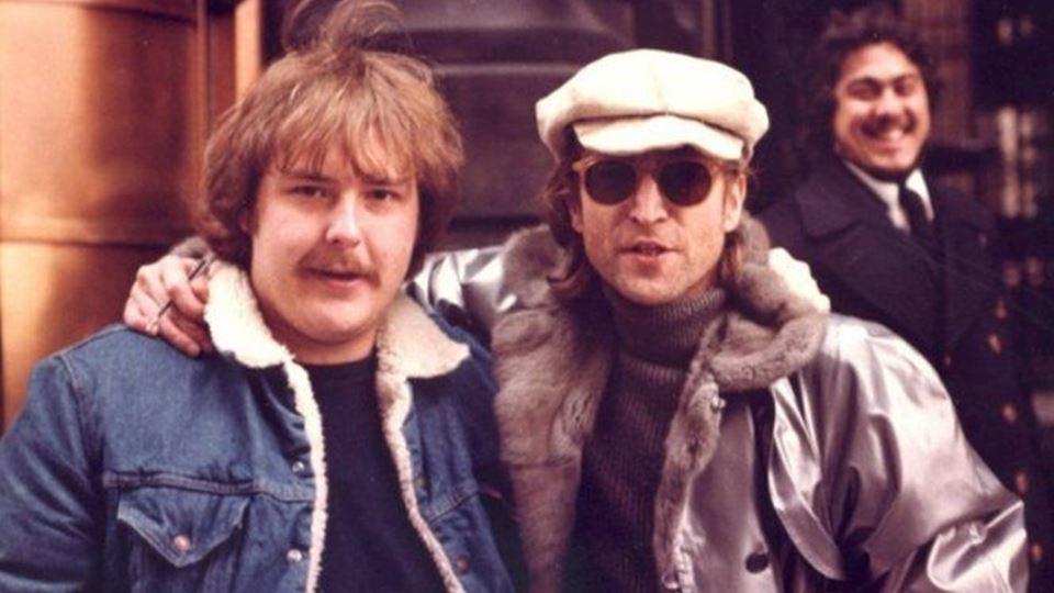 John Lennon com Paul Goresh, o fã que, dia 8 de Dezembro, tirou a foto a Lennon e a Chapman