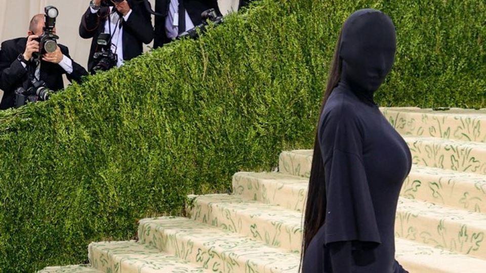 Kim Kardashian cobre-se totalm...