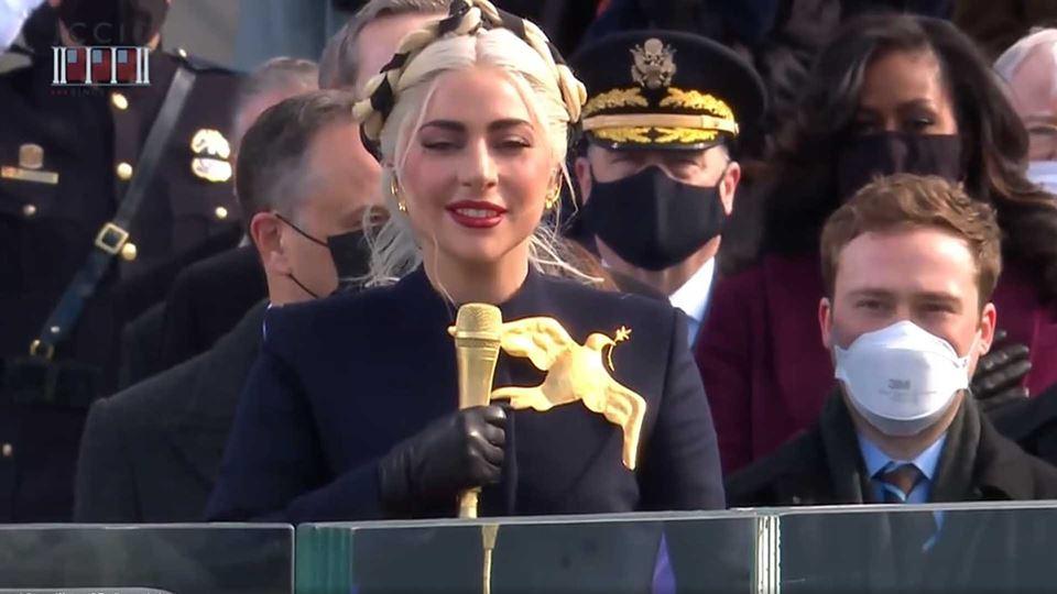Lady Gaga emociona ao cantar o...