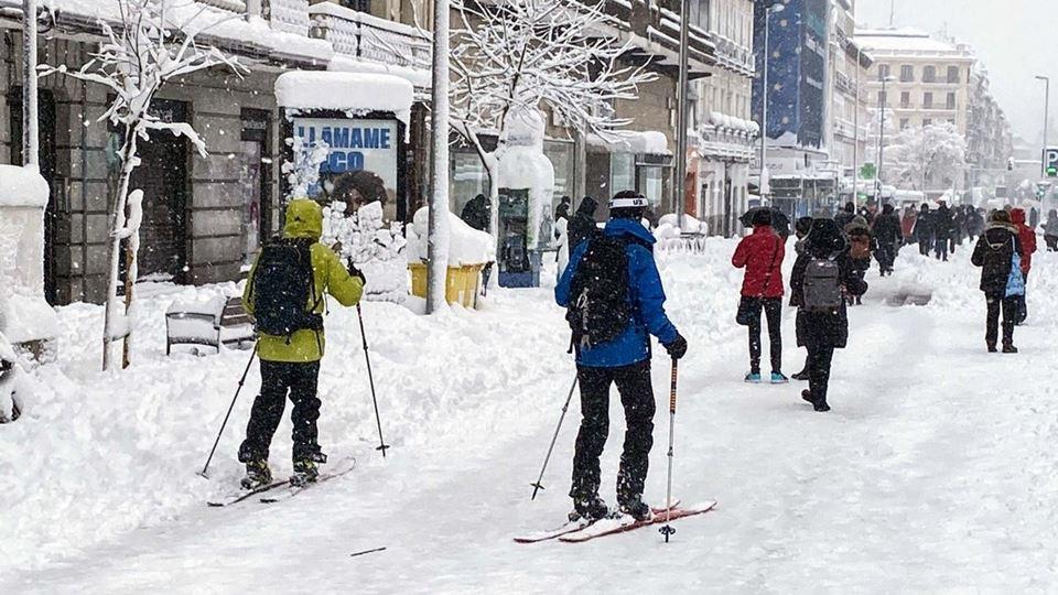 Madrid enche-se de neve e as r...