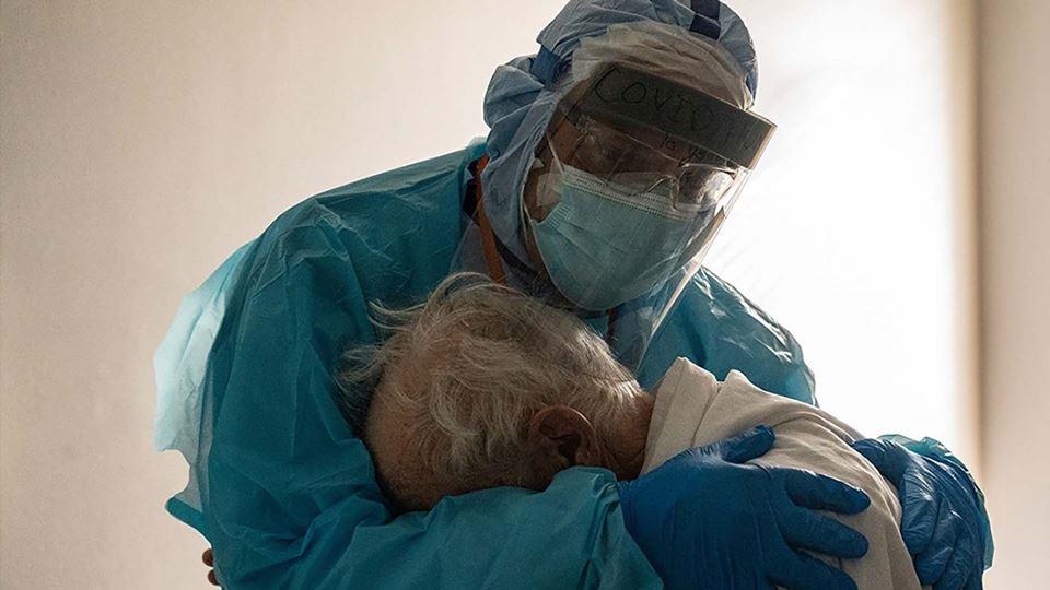 O abraço entre um médico e um ...