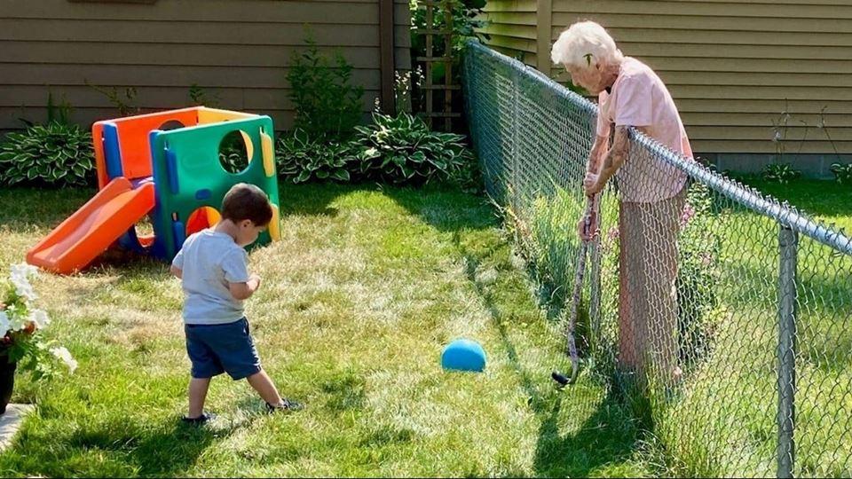 Ela tem quase 100 anos, ele te...