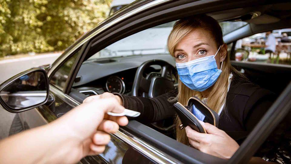 Mulher a entregar certificado no carro