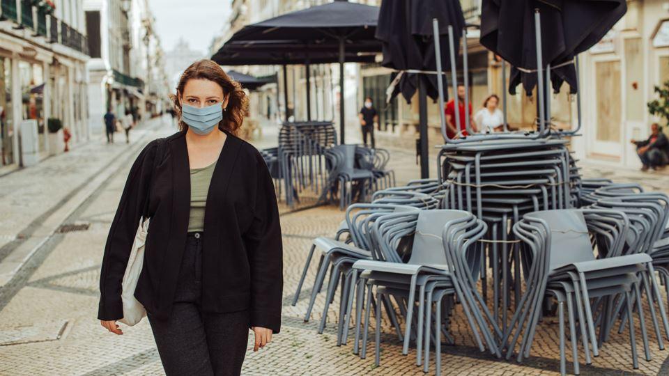 Mulher com máscara no centro de Lisboa