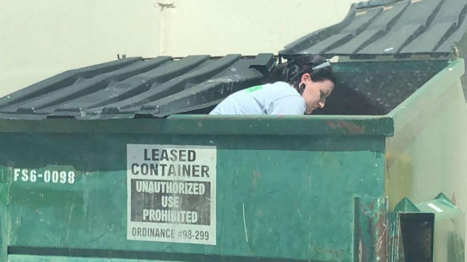 """Mergulha"" no lixo, recupera p..."
