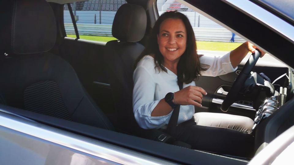 Ana Colaço dentro do EQA da Mercedes, perto da meta do AIA para uma prova de perícia