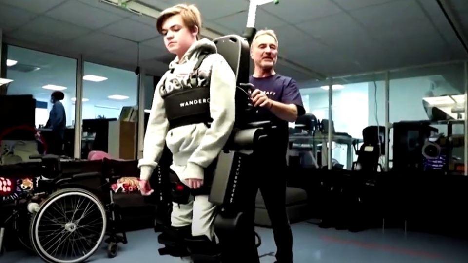 Pai constrói robot para filho ...