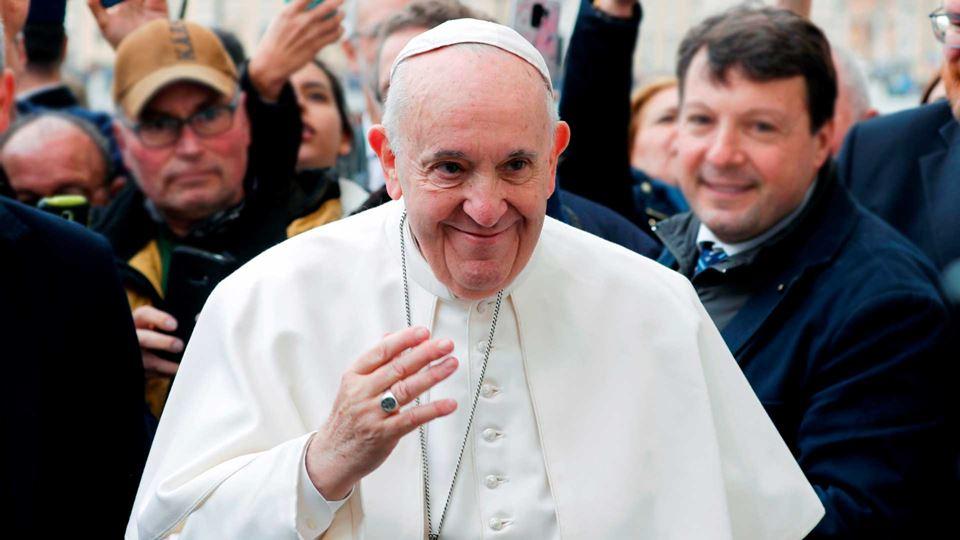 Papa entrega símbolos da Jorna...