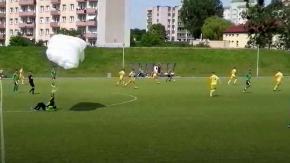 Jogo de futebol interrompido p...