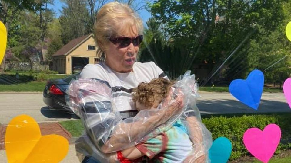 Parede de plástico permite reencontro de família