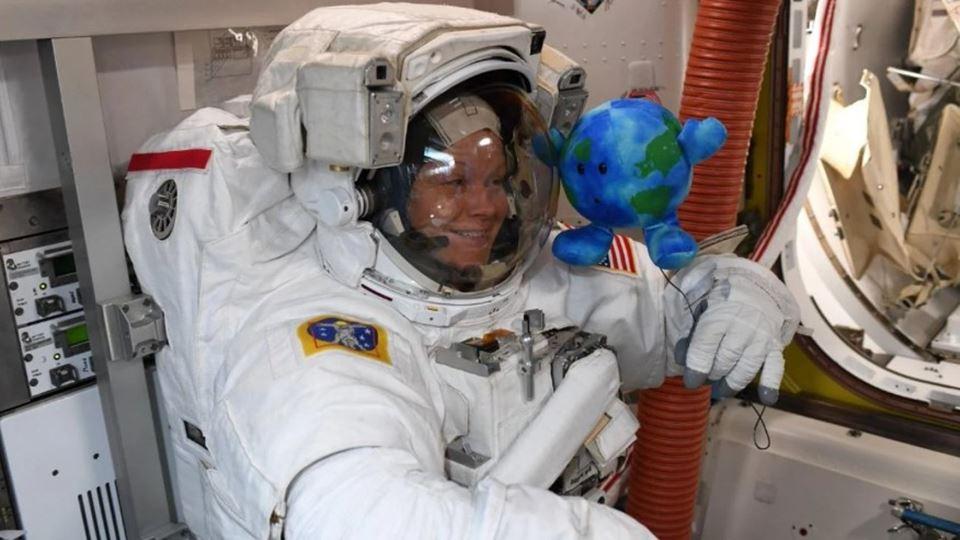 Levar peluches para o espaço j...