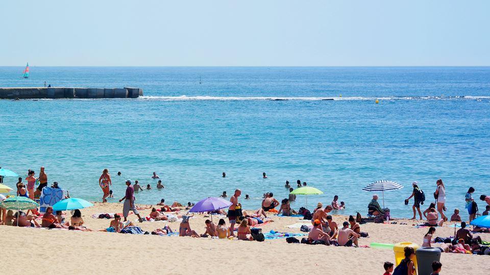 praia com pessoas destaque