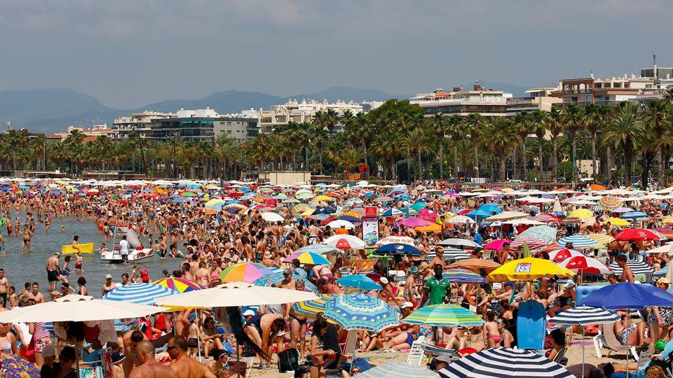 Nesta praia em Espanha, os pri...
