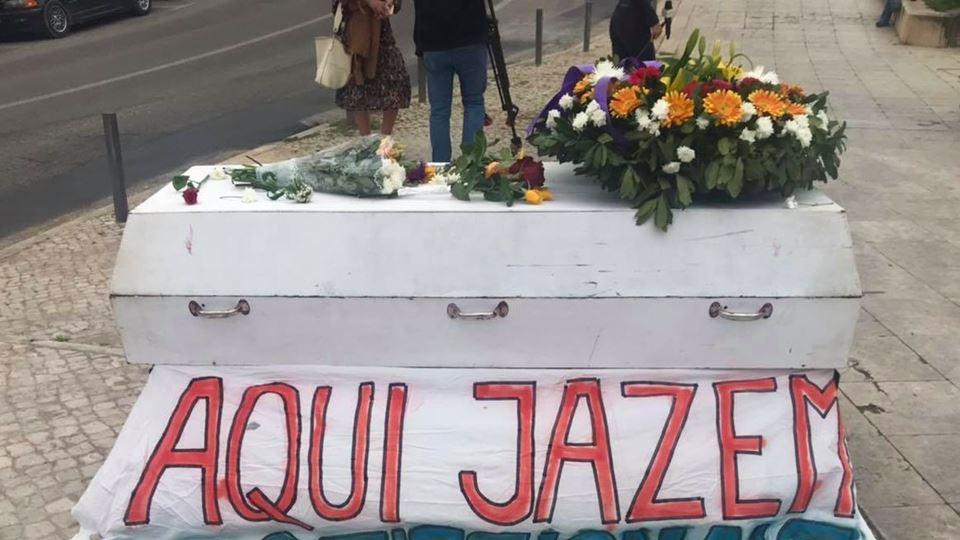 Um caixão e flores: profission...