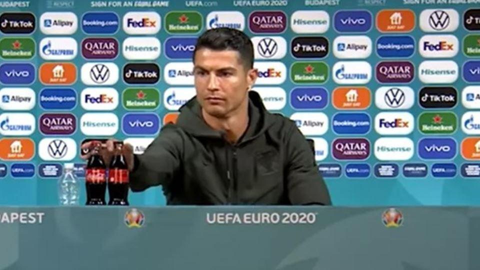 Cristiano Ronaldo troca garraf...