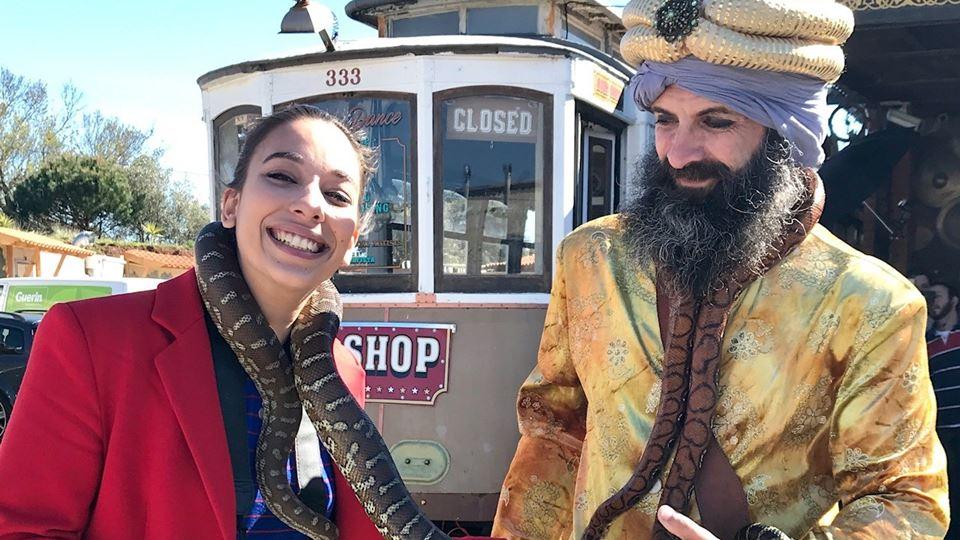 Diana Antunes da RFM  a confiar no encantador de serpentes