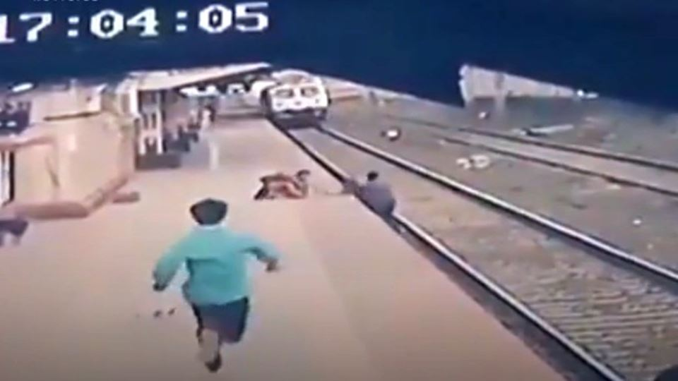Homem salva criança segundos a...