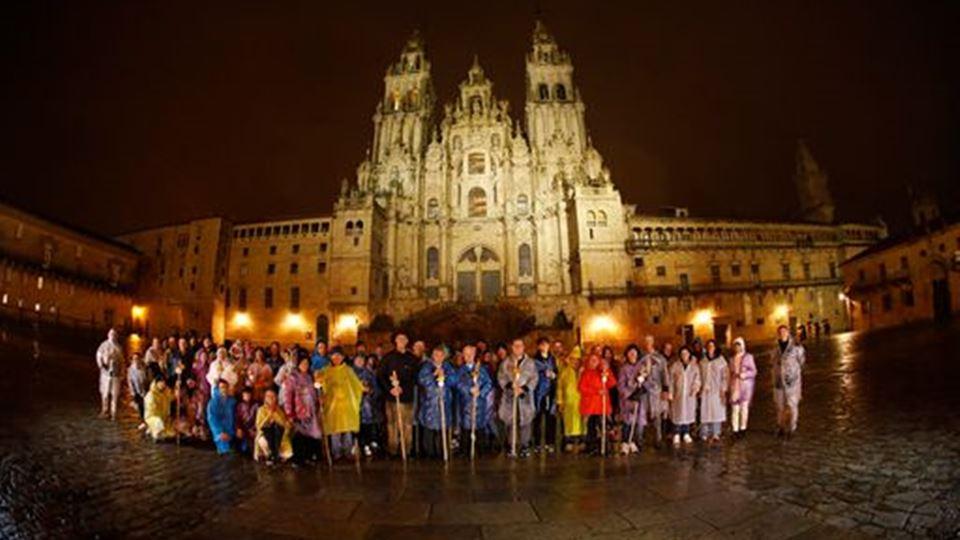 Os elementos da caravana Clube Escape Livre à frente da Catedral de Santiago