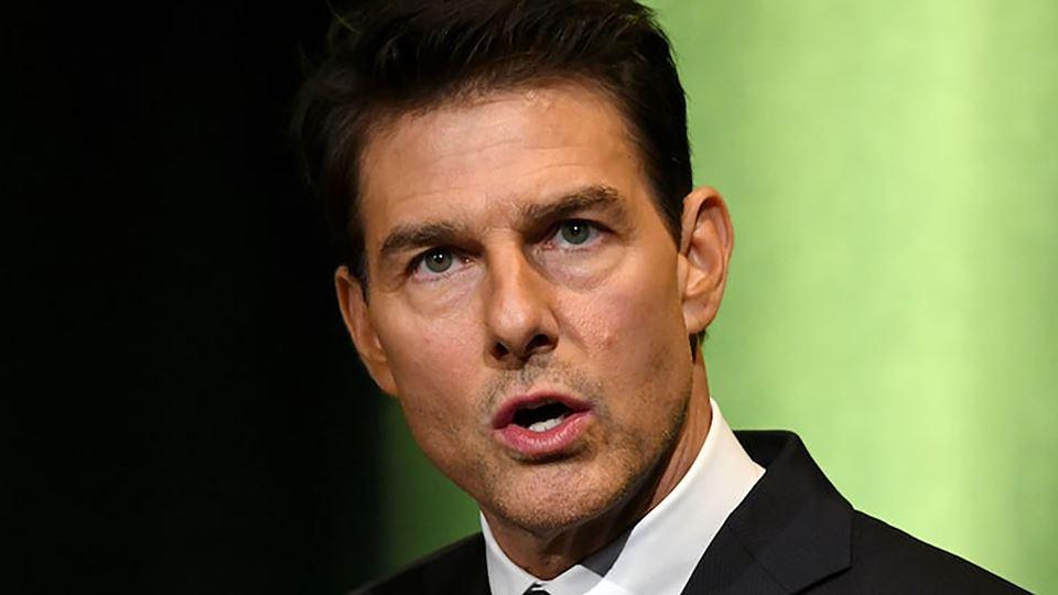 Tom Cruise grita furiosamente ...